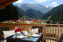 pine lodge dolomites balkon ausblick